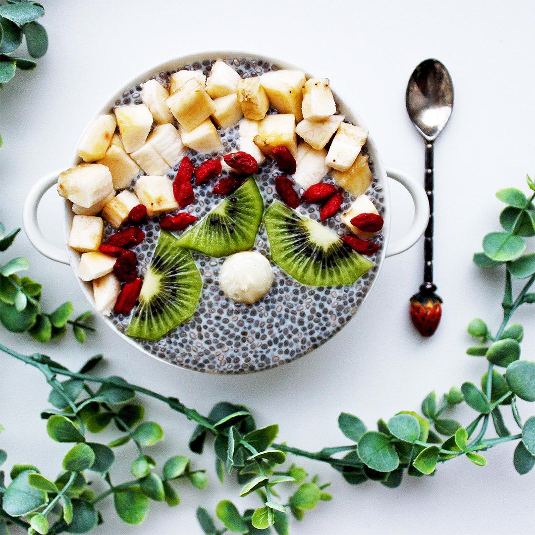 kokosinis-chia-pudingas-su vaisiais-veganiskas-sveika-blogas-tinklarastis-an-medines-lenteles